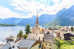 Il villaggio di Hallstatt su Hallstatter vede in alpi austriache Fotografie Stock Libere da Diritti