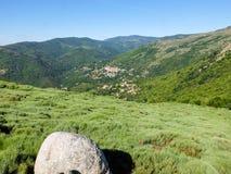 Il villaggio ed attracca nelle montagne di Cevennes, Francia immagini stock libere da diritti