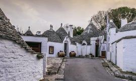 Il villaggio famoso di Trulli in Alberobello, Puglia fotografia stock