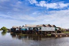 Il villaggio in fiume Immagine Stock
