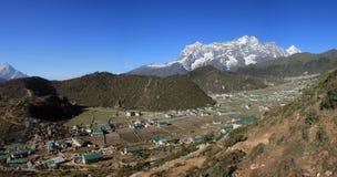 Il villaggio Khumjung di Sherpa e la neve hanno ricoperto Kongde Ri Fotografia Stock