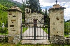 Il villaggio nelle alpi. Un piccolo cimitero del villaggio. La Lombardia, Adamello, regione Brescia Immagini Stock