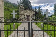 Il villaggio nelle alpi. Un piccolo cimitero del villaggio. La Lombardia, Adamello, regione Brescia Fotografia Stock Libera da Diritti