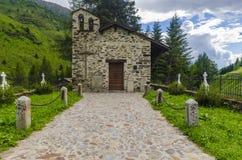 Il villaggio nelle alpi. Un piccolo cimitero del villaggio. La Lombardia, Adamello, regione Brescia Immagini Stock Libere da Diritti
