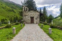 Il villaggio nelle alpi. Un piccolo cimitero del villaggio. La Lombardia, Adamello, regione Brescia Fotografie Stock