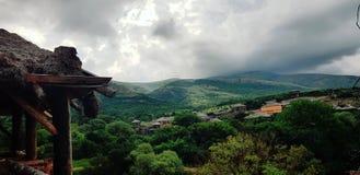 Il villaggio nelle montagne Immagini Stock