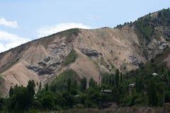 Il villaggio nelle montagne paesaggio Tazhdikistan Immagini Stock Libere da Diritti