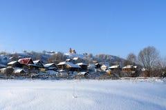 Il villaggio in neve Inverno Immagine Stock