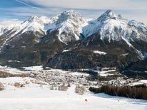 Il villaggio Scuol in alpi svizzere Fotografie Stock Libere da Diritti