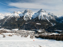 Il villaggio Scuol in alpi svizzere Fotografie Stock