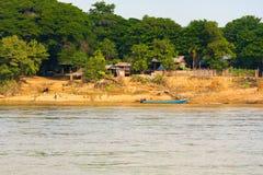Il villaggio sul fiume di Irrawaddy, Mandalay, Myanmar, Birmania Copi lo spazio per testo immagini stock