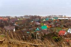 Il villaggio sulla baia, viste del villaggio da sopra, di tetti colorati multi Fotografie Stock