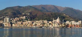 Il villaggio tipico di Genoa Pegli in Liguria ha osservato dal mare immagini stock