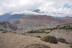 Il villaggio tipico Tangbe del mustang 3040 m. contro lo sfondo della montagna Fotografia Stock