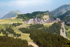 Il villaggio turistico in alpi francesi Fotografia Stock