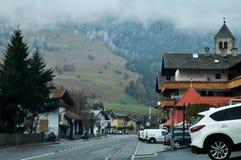 Il villaggio in valle e la strada di traffico con la montagna delle alpi a Bolzano o bozen all'Italia Fotografia Stock