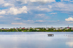 Il villaggio vicino al lago Immagini Stock