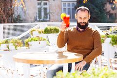 Il vin brulé della tazza dell'uomo del tipo di autunno lascia a città della barba la vecchia caduta che il pullover giallo aranci fotografie stock libere da diritti