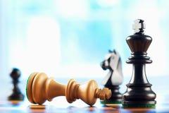 Il vincitore di scacchi sconfigge il re bianco Fotografie Stock Libere da Diritti