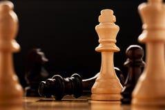 Il vincitore - un pezzo degli scacchi di re Fotografia Stock