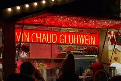 Il vino caldo ha venduto in una cabina di vendite al mercato di Natale a Strasburgo immagine stock libera da diritti
