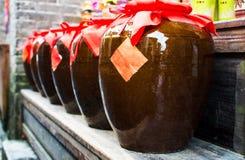Il vino cinese ha fermentato con i fiori di osmanto imballati in tini fotografia stock libera da diritti