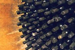 Il vino d'annata imbottiglia la cantina Fotografie Stock