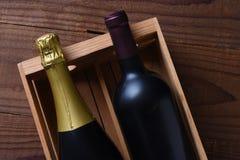 Il vino di Cabernet Sauvignon e di Champagne imbottiglia un contenitore di regalo di legno immagine stock libera da diritti