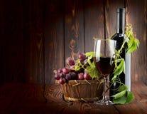 Il vino ha impostato su priorità bassa di legno Immagine Stock