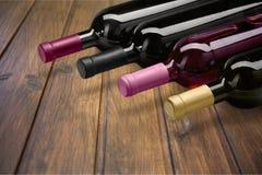 Il vino imbottiglia la fila su fondo di legno Immagini Stock