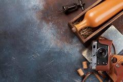 Il vino imbottiglia la macchina fotografica dell'annata e della scatola Fotografia Stock Libera da Diritti