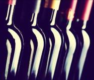 Il vino imbottiglia la vista del primo piano di fila Fotografie Stock Libere da Diritti