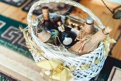 Il vino imbottiglia un canestro su un pavimento Fotografia Stock