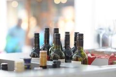 Il vino imbottiglia una barra sulla via Fotografia Stock