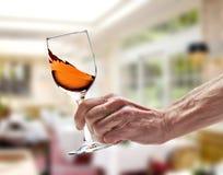 Il vino rosato ha turbinato in vetro immagine stock libera da diritti