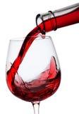 Il vino rosso ha versato dentro un vetro Fotografia Stock
