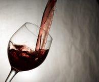 Il vino rosso ricco ha versato uniformemente Fotografie Stock Libere da Diritti