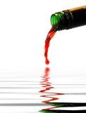 Il vino rosso versa? Fotografie Stock Libere da Diritti