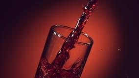 Il vino, succo d'uva, succo del melograno, succo della ciliegia è versato in un vetro video d archivio