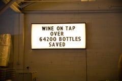Il vino sulla bottiglia del rubinetto ha conservato il segno Fotografie Stock Libere da Diritti