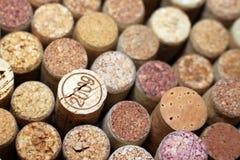 Il vino tappa il primo piano, uno dei sugheri del vino con la data Immagini Stock