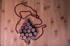 Il vino tappa l'albero di Natale a forma di sulla tavola di pietra Vista superiore con lo spazio della copia per il vostro testo Fotografia Stock