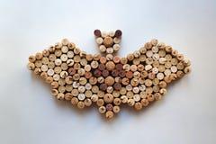 Il vino tappa la siluetta del pipistrello su fondo bianco immagini stock libere da diritti