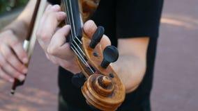 Il violinista sta giocando sulla via Violinista della via stock footage