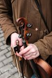 Il violino nelle mani del violunist immagine stock libera da diritti