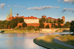 Il Vistola prima del castello reale di Wawel a Cracovia, Polonia Immagini Stock