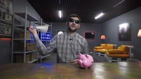 Il vlogger maschio sveglio attivamente parla ed oscilla la borsa bianca alla macchina fotografica con il sorriso archivi video