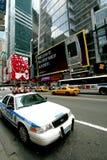Il volante della polizia sta levandosi in piedi sul Times Square Immagini Stock Libere da Diritti