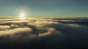 Il volo attraverso cloudscape commovente con il bello sole rays Perfezioni per il cinema, il fondo, composizione digitale archivi video