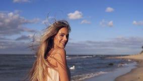 Il volo dei capelli del ` s della ragazza nel vento video d archivio